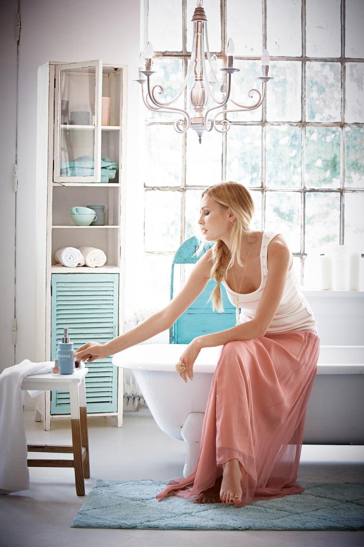 Rustikales Regal im Shabby Chic Look und türkisfarbener Tür.  #living #impressionen #bath