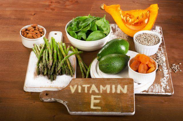 Vitamina E. È un potente anti-ossidante che protegge le cellule dai radicali liberi: evitando che vengano aggredite dalle scorie tossiche ne rallenta l'invecchiamento.