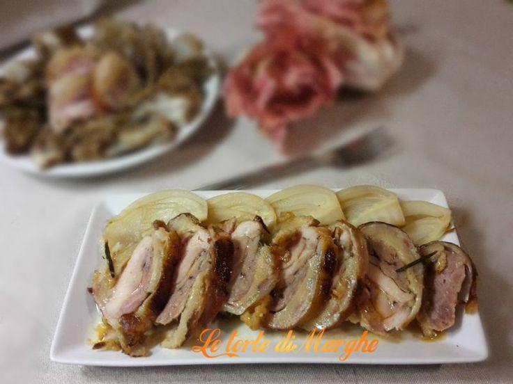Pollo arrosto in crosta di pane e pancetta accompagnato con prugne secche. L'accostamento delle prugne con la pancetta è molto adatto;...........
