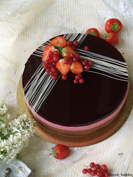 mustaherukka-suklaamoussekakku