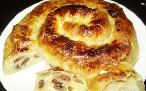 Retete Culinare - Sarpe incolacit (foietaj cu branza si stafide)