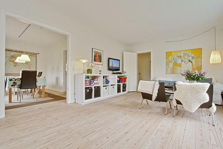 skrå-loft, lyse rum, trægulv, højt til loftet, pudsedevægge og loft, originale gamle døre