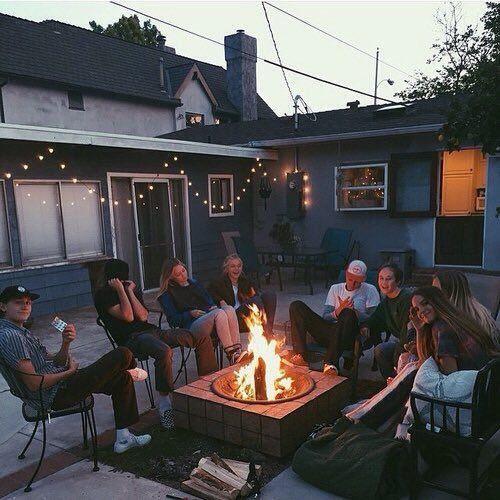 25 + › Meine Freunde und ich sitzen und sprechen über unsere Erfahrungen, unsere Geschichte und unsere aktuellen L …