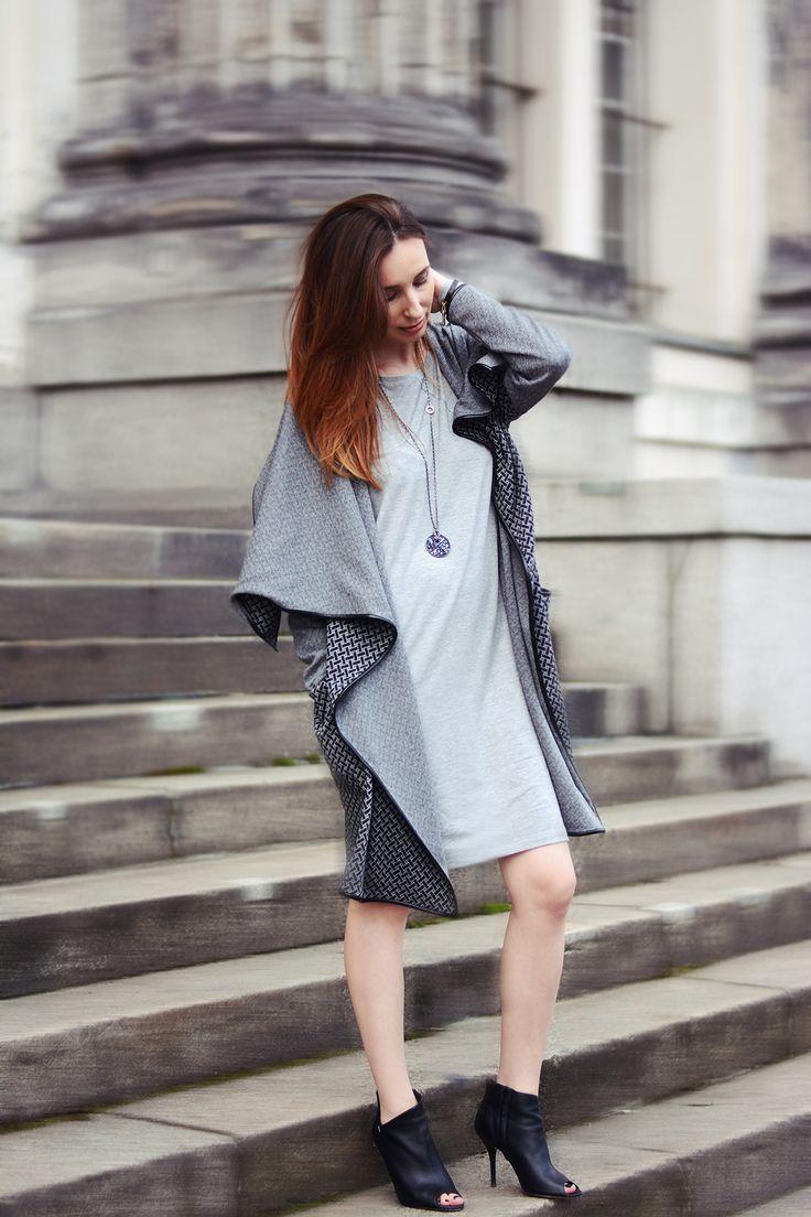 Tak jak ten płaszcz DOWNTOWN w geometryczny szaro-czarny wzór, pięknie wykończony skórą ekologiczną.