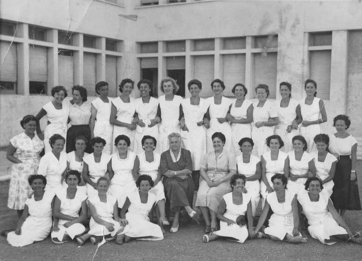 Maria (la penultima seduta sulla destra) insieme alle maestre delle colonie estive in partenza (anni '50)
