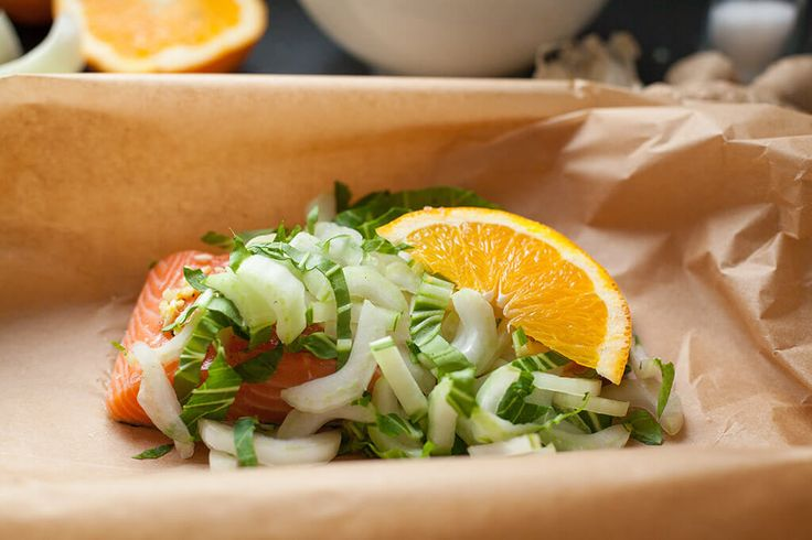 Door de zalm te stomen in deze heerlijke marinade is dit niet alleen een waanzinnig lekker maar ook onwijs gezond gerecht. Lekker met bijvoorbeeld bloemkool