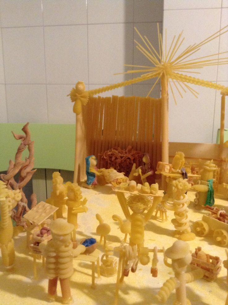 Presepe del Natale 2014 - Ivrea (To) Italia - fatto di pasta. Particolare della capanna e la sfilata dei pastori
