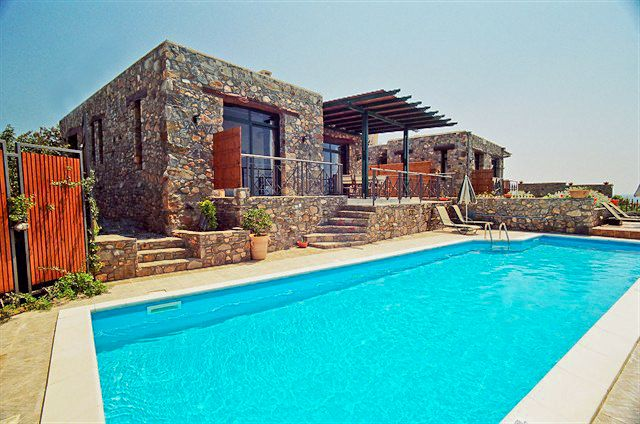 2 Bedrooms, 2 Bathrooms, Near to Famous Beach, Panoramic Sea View, Private Pool Elafonisi Villa to Rent in Chania Crete. Villa Elafonisi is a 2 bedroom villa situated on the edge of a hill just 200m opposite the beach. Thegate entrance walks