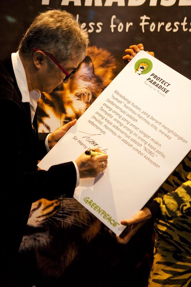 Sir Harry Darsono, perancang busana terkemuka dunia asal Indonesia menorehkan tanda tangannya kedalam Tiger Manifesto sebagai bentuk dukungan untuk mendorong penghapusan jejak deforestasi dari produk produk kesukaan kita www.protectparadise.org