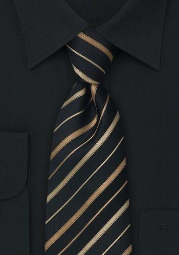 Cravatta in seta nera con delicate righe color oro- una cravatta per tutti i giorni, ideale da indossare su una camicia business bianca o nera.Una cravatta che è tessuta in materiali di alta qualità e che è lavorata a mano. Grazie alla fodera imbottita della cravatta le piccole pieghe spariscono velocemente dopo averla snodata.http://www.cravatte.mobi/cravatta-nera-righe-oro-p-10872.html