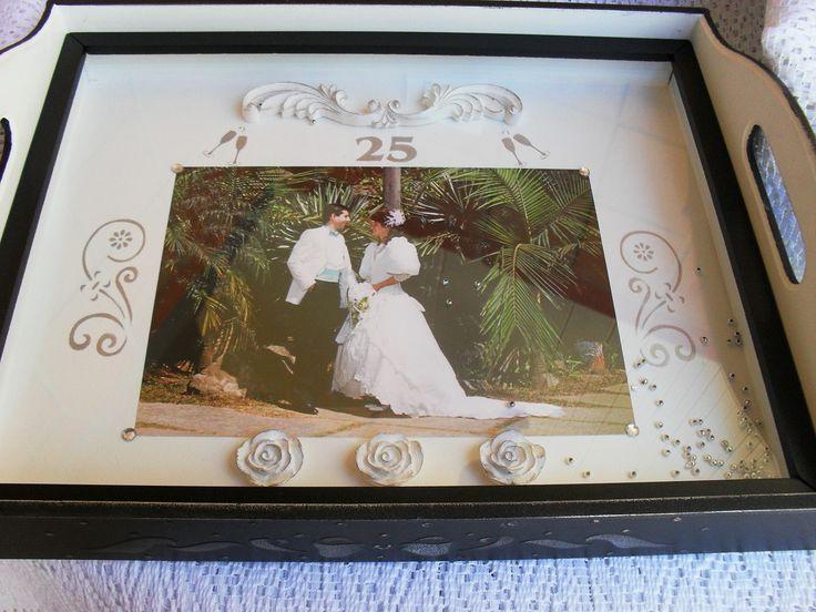 """Homenagem de Bodas de Prata. Essa em destaque foi feita com uma foto do casamento, mas pode ser confeccionada com o convite. Veja outros modelos no album """"Bandejas convites de Casamento"""""""