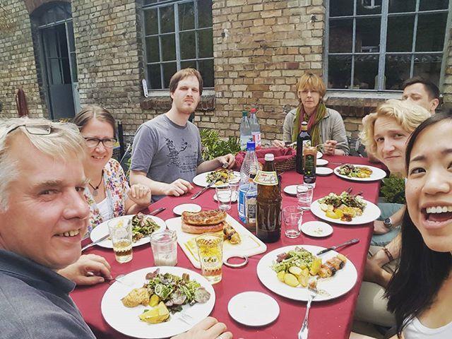 Ungeduldige Gesichter, duftendes Essen und unsere Analystin Mekong, wie sie länger braucht ein Foto mit allen am Tisch zu schießen. Wenn der Hunger die Grimassen verzieht! Wir wünschen einen (hoffentlich) noch sonnigen Sommer und eine erfolgreiche Woche!  #endlichsommer #agenturalltag #chefkocht #mannschaft #grillsaison #wackerfabrik #cheese #hangry