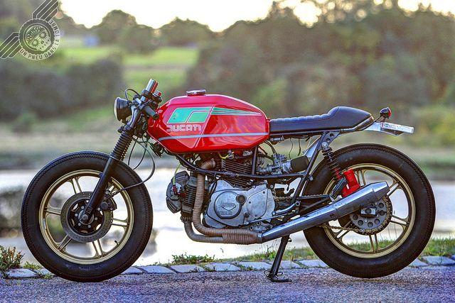 Vue de profil de cette Ducati Pantah cafe-racer venue du froid.