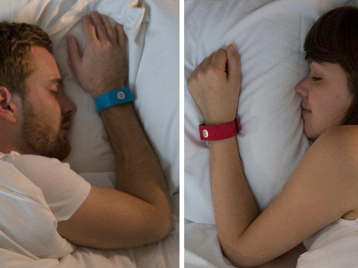 Un braccialetto per ascoltare il cuore della persona amata a chilometri di distanza