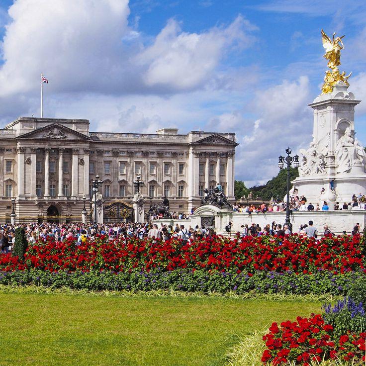 Situata nel cuore di Londra, Buckingham Palace accoglie ogni giorno migliaia di visitatori, incuriositi dalle sue origini e dalle storie che è capace di raccontare.