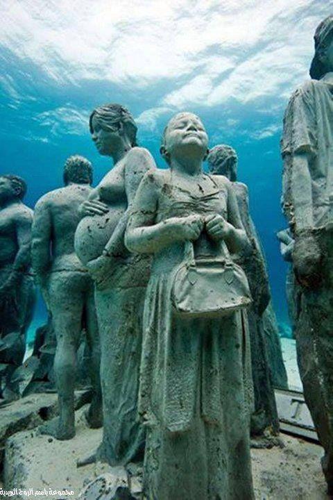 une humanité pétrifiée sous la mer, composée d'une centaine de statues d'hommes et de femmes exécutants diverses activités.