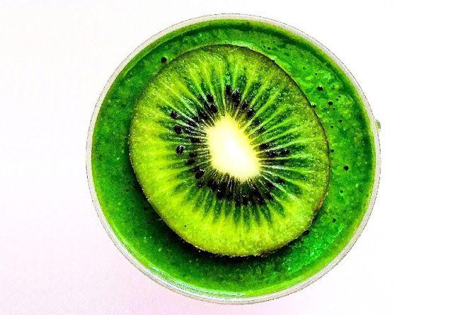 Uwielbiamy proste połączenia, dziś zielony koktajl ze szpinakiem i kiwi