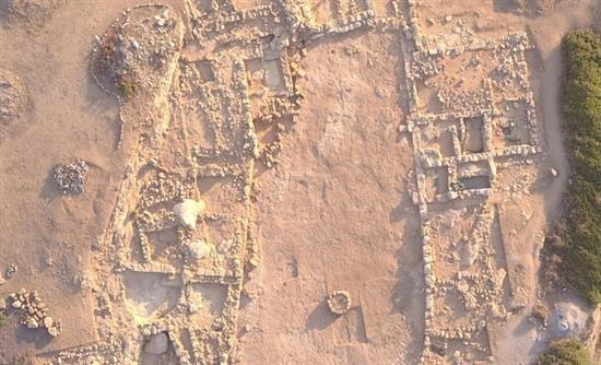 Συνεχίστηκαν και φέτος το καλοκαίρι οι ανασκαφικές έρευνες στο μνημειώδες κτίριο με κεντρική αυλή στον λόφο Κεφάλι Σισίου (Λασίθι, Κρήτη), π...