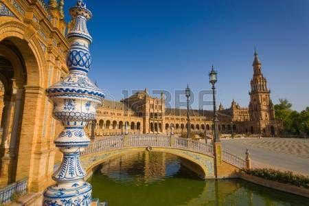 La Plaza de España es una plaza ubicada en el Parque de María Luisa en Sevilla, España, construido en 1928 para la Exposición Iberoamericana de 1929, es un ejemplo histórico del estilo del renacimiento del renacimiento de la arquitectura española La Plaza de España, de