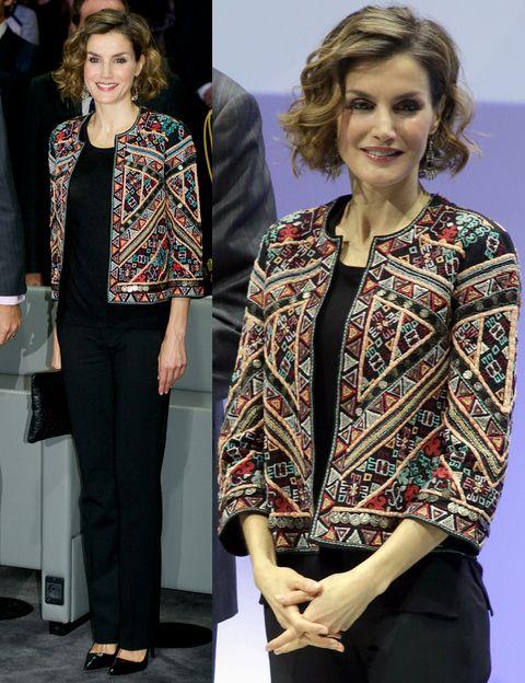 Con un toque étnico a la última. Así hemos visto a Letizia con esta chaqueta bordada de Zara, de la colección Trafaluc, integrada en un 'total black look' con pantalones de Hugo Boss y salones de Prada.