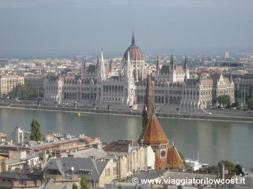 Danubio . Budapest. Il Parlamento ungherese visto dal Bastione dei Pescatori a Buda.