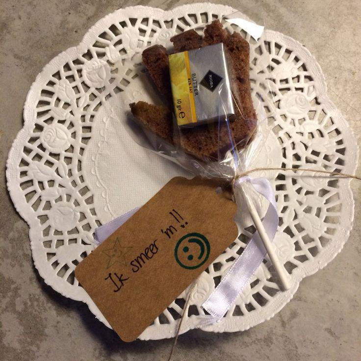 Traktatie afscheid kinderdagverblijf -  Ontbijtkoek handje op een stokje met boter.