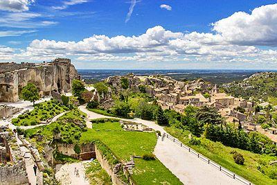Classé parmi les Plus Beaux Villages de France et mondialement connu, les Baux de Provence est le site incontournable en Provence ! #Provence #Vacances #tourisme #voyages #alpilles