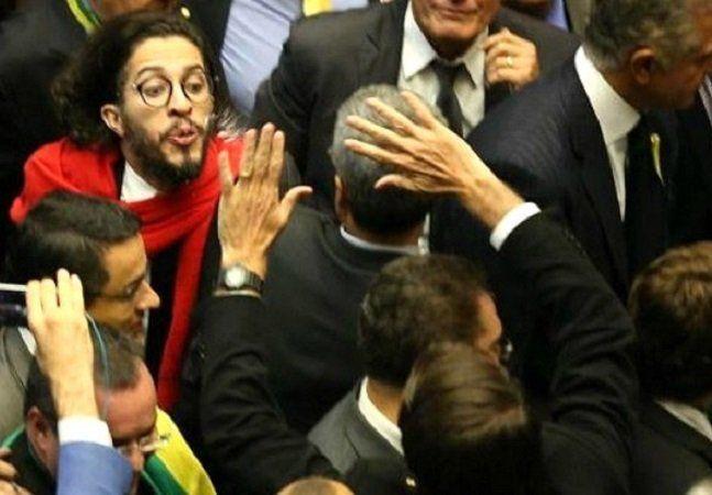 Para quem acompanhou a votação pelo impeachment da presidente Dilma Rousseff ontem deve ter ficado bem claro que o que estava em jogo ali era muito mais do que o cargo de presidente do Brasil. Além da já esperada disputa de poder e troca de acusações, ficou claro também que vivemos ainda um clima de disputa e necessidade de consolidação de algumas questões básicas como por exemplo o fim da homofobia. O preconceito e a falta de respeito contra pessoas LGBT não foi erradicado no Brasil, muito…
