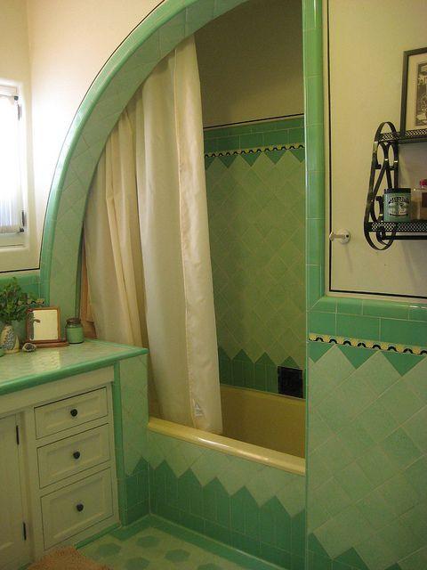 Ukryta kabina prysznicowa? Takie rozwiązanie to pomysł wcale nie nowy. W łazienkach retro stosowano go nader często. Dzięki niemu unikaliśmy niepotrzebnego zalania, a w drugiej części mogła przebywać kolejna osoba, która akurat chciała się odświeżyć czy umyć zęby. Zdecydowanie chcielibyśmy jeszcze zobaczyć domostwo, które pokusiło się o wdrożenie tego pomysłu. To coś znacznie innego od prób, które podejmowane są dziś. #łazienka #retro #usa #toaleta #dom ##kabina ##prysznicowa