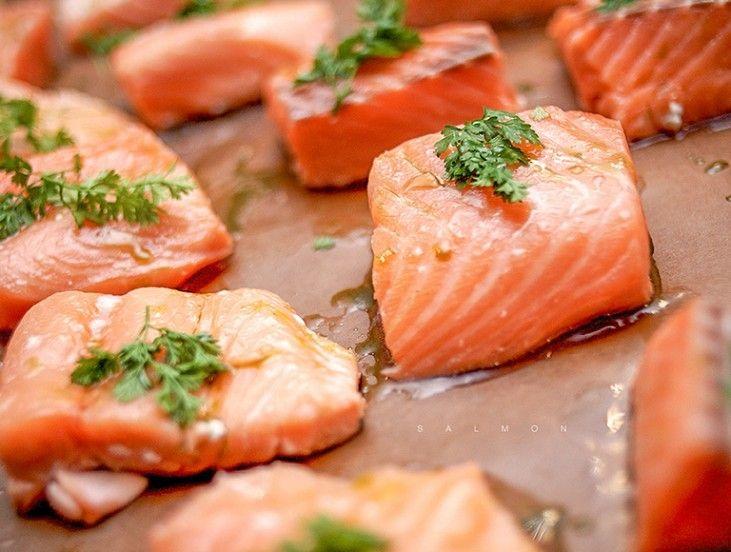 Zalm is een bijzondere vis. Niet alleen de kleur is opvallend, maar het smaakt ook nog eens heerlijk, is gezond en snel klaar te maken. De zalmen van La Place komen uit Schotland bij een geïntegreerd zalmkweekbedrijf. Om de versheid te garanderen is er elke dag rechtstreekse zalmaanvoer naar Nederland. Natuurlijk kun je niet elke dag zalm bij La Place eten, dus hieronder vind je drie heerlijke zalmrecepten die je thuis kunt maken. Want... zalm is ook nog eens veelzijdig!