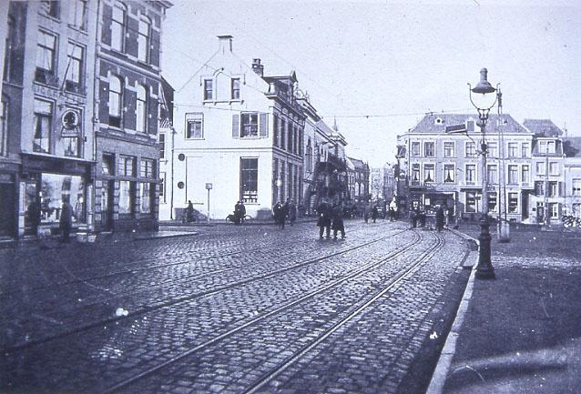 Kelfkensbos nabij de hoek met de Hertogstraat (midden). In het midden zijn de gietijzeren brandtrappen van de stadsschouwburg te zien. Foto uit omstreeks 1935.
