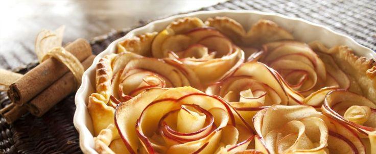 Torta di mele decorata da roselline.