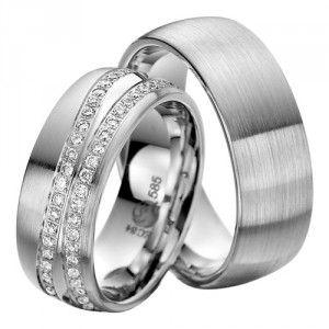 Vielses- og forlovelsesringe i platin. Ringene er 8,0 mm brede og 2,2 mm høje.    Designet består af en stregmat overflade på langs. Ringene har en klassisk afrundet profil og er indvendigt afrundede.    Dameringen er isat brillanter på i alt 0,90 ct. placeret i to tætte bånd hen over hele ringen - det ene er lige og det andet bølger sig, hvorimellem der er et blankpoleret parti.  www.fredberg.com