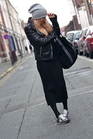 黒ロングスカートとライダースジャケットとタイツとスニーカーコーデ