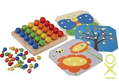 Развивающая игра Мозаика Plan Toys 5162 - одна из самых популярных и любимых мамами игр для малышей. На деревянную основу с отверстиями накладывается одна из карточек-фонов и в дырочки вставляются колышки мозаики.