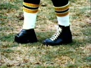 El récord del field goal (gol de campo) de fútbol americano (no confundir con el rugby, que es un deporte diferente) más largo ejecutado en la historia de la National Football League (NFL) de Estados Unidos fue realizado por una persona que nació sin los dedos del pie: las 63 yardas que Tom Dempsey logró el 8 de noviembre de 1970. El récord no ha sido superado, pero sí igualado en tres ocasiones: Jasom Elam en 1998, Sebastian Janikowski en el 2011 y más recientemente David Akers en el 2012.
