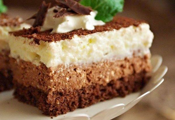 Nadýchaný pečený korpus potřený tmavou, pak i světlou náplní ze želatiny, kakaa a dalších ingrediencí, dezert posypaný kakaem, servírovaný dobře ztuhnutý v lednici.