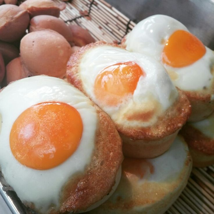 부산 서면거리를 배회중입니다. 길거리음식 계란빵이 날 유혹하네요. 한개 1000원! 먹방시작은 계란빵입니다!