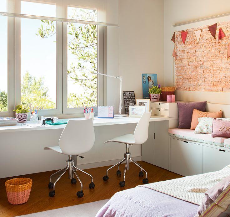escritorio Rincón de estudio Mobiliario de Júlia Casals fabricado por Cadri Interiors. Sillas de Kartell.