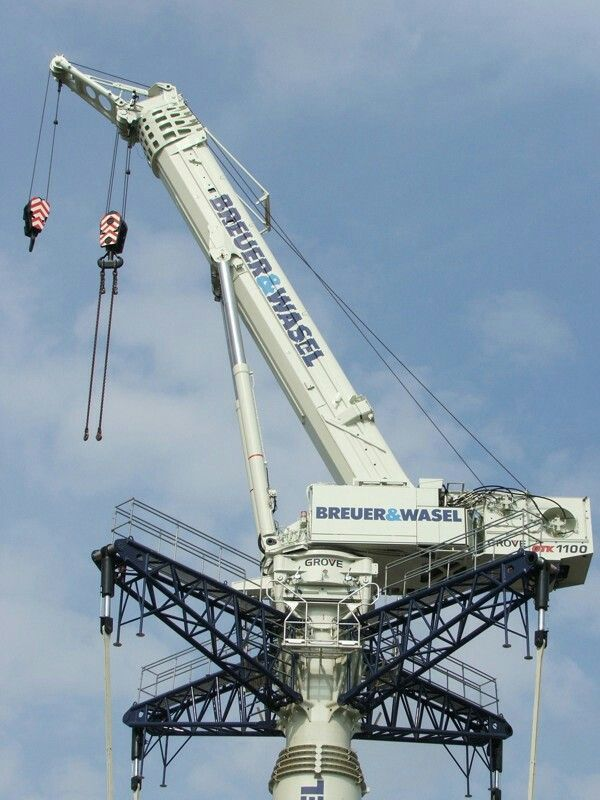 A close view of grove GTK1100 telescopic tower crane