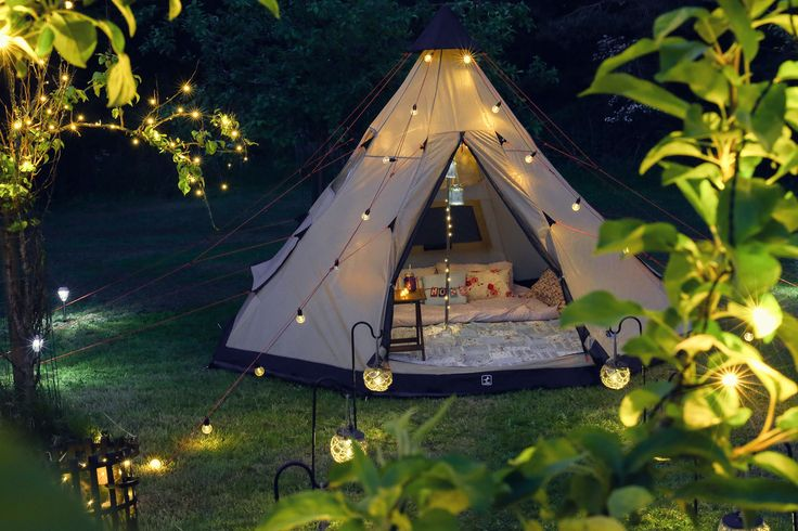 "We don't camp... we glamp! Check out our range of solar and battery outdoor lighting to add some sparkle to your summer.  El glamping es la combinación de ""glamour"" y ""camping"". Esta es la nueva tendencia en turismo: acampar, sí, pero con glamour."