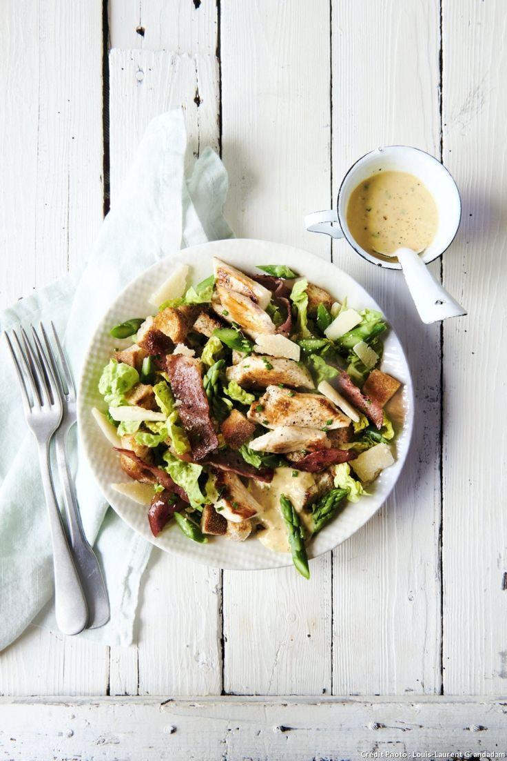 Salade poulet-bacon, sauce caesar ciboulette - On peut assaisonner cette salade avec une sauce à base de crème de sésame avec un jus de citron, un peu de purée d'anchois, de la ciboulette ciselée et des noix de cajou hachées.