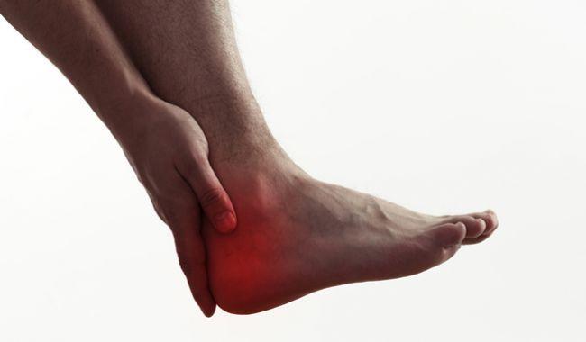Osteň v nohe spôsobuje poriadnu bolesť mnohým ľuďom. Prezradíme vám, prečo vzniká a aj účinné metódy domácej liečby.