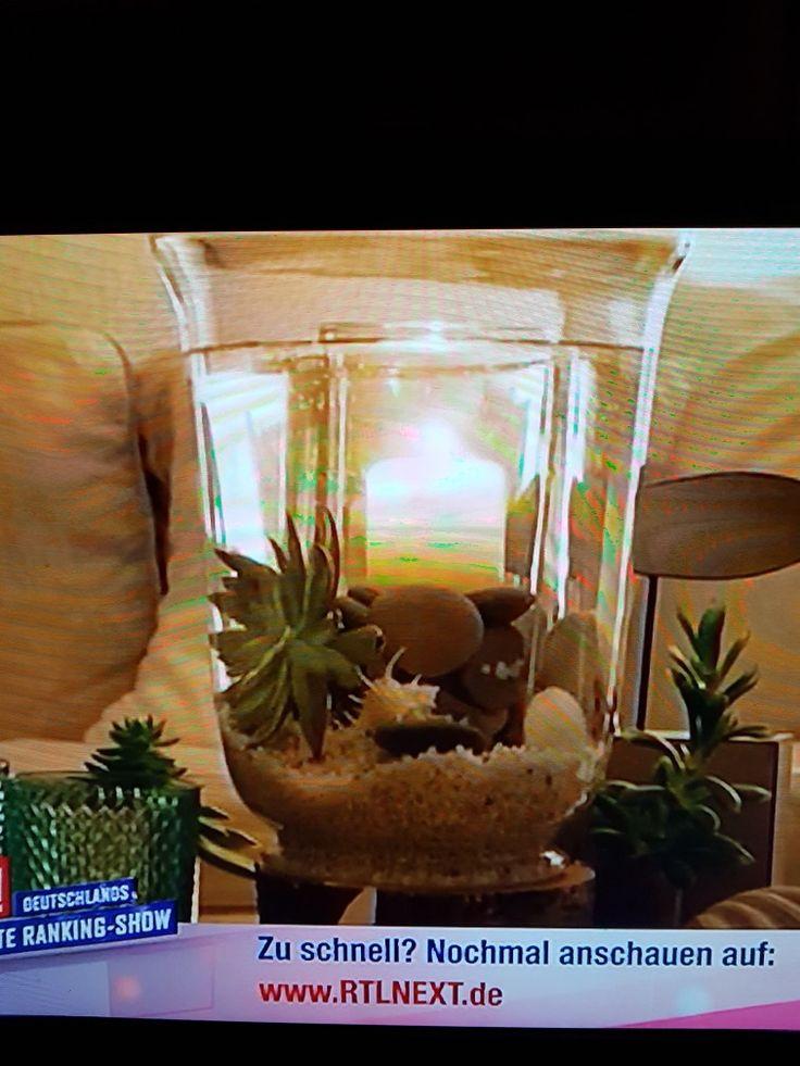 2 gleich hohe Vasen Mit Steinen auffüllen Außen Wasser + Wasserpflanzen Innen Kerze