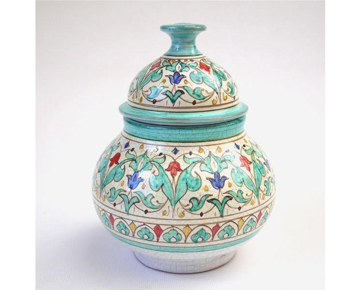 Puede comprar online cerámica andalusí y nazari, esta bellas bomboneras de estilo árabe andaluza. Ideales como azucareros y para ofrecer un elegante regalo.    Tres tamaños:    Bomboneras andalusíes, a elegir color verde o azul.    Pequeña: 12 cm de altura : 32 €. Nazarí: 50 €.    Mediana: 15 cm de altura: 42 €. Nazarí: 58 €.    Grande: 18 cm de altura: 54 €. Nazarí: 76 €.