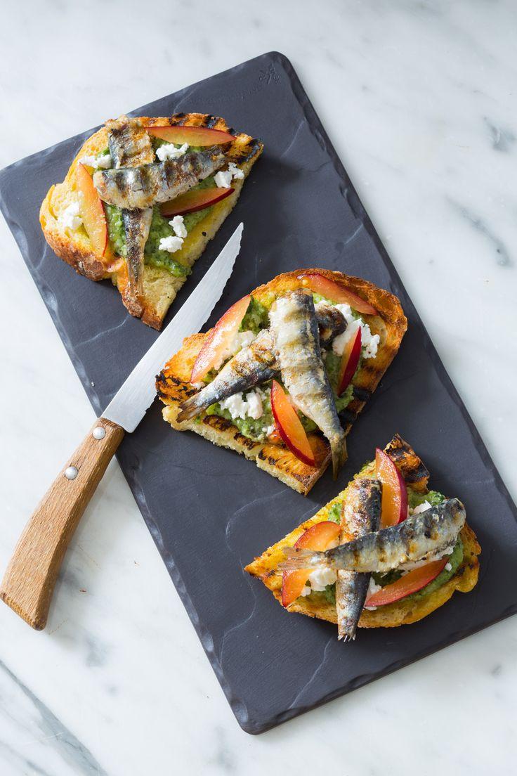 Bruschette al pesto di erbe e sardine grigliate: un mix di sapori per un antipasto coi fiocchi! [Bruschetta bread with herb pesto and anchovies]