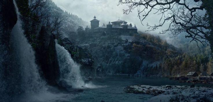 Acima, a Fortaleza da Casa sede da Ilha dos Ursos, A Casa Mormont vassala dos Starks onde são leais até os tempos atuais. O salão dos Mormont é feito de enormes toras, rodeado por uma paliçada de terra. Foto: Game of Thrones