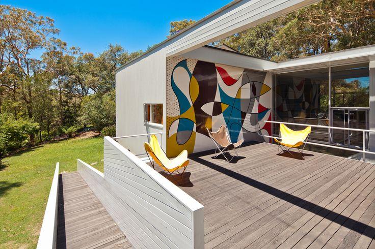 Во фреске на стене террасы чувствуется влияние Ле Корбюзье.  (1950-70е,середина 20-го века,медисенчери,медисенчери модерн,средневековый модерн,модернизм,mcm,архитектура,дизайн,экстерьер,интерьер,дизайн интерьера,мебель,на открытом воздухе,патио,балкон,терраса) .