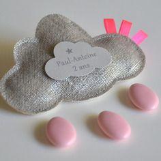 Sur commande ballotins de dragées lin lamé en forme de nuage rubans rose fluo