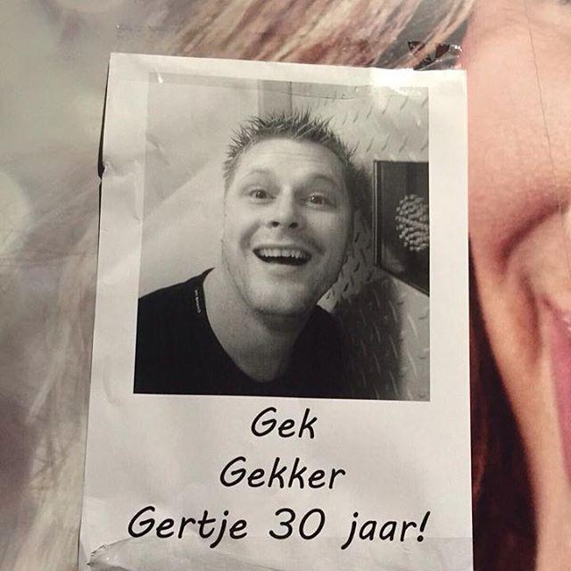 Vrienden plakken flyers en posters in Bodegraven voor 30 jarige Gertje Hermenet  Hij zal weten dat hij 30 jaar is geworden. De vrienden van Gertje Hermenet hebben afgelopen nacht op verschillende plekken in Bodegraven flyers posters en een spandoek opgehangen om zijn verjaardag niet stilletjes voorbij te laten gaan. Voor veel mensen is Gertje ook wel bekend als Punky. #rebonieuws #bodegraven #reeuwijk